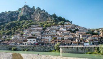 Blick auf Berat in Albanien auf der Suche nach einem Spot fuer Wildcamping in Europa