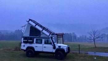 Abendliche Szene ein Camper beim Wildcamping in Europa