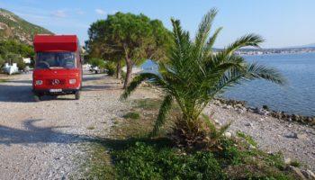 Ein Camper am Meer in Griechenland beim Wildcamping in Europa