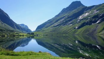 Die Aussicht auf einen Fjord in Norwegen beim Wildcamping in Europa