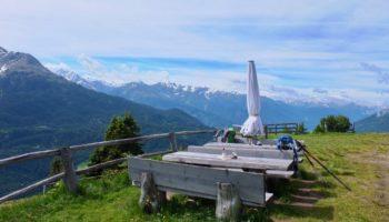 Mit Blick auf die Berge in Oesterreich ist Wildcamping in Europa leider nicht erlaubt