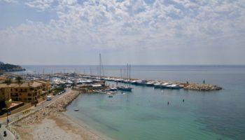 Blick auf einen Hafen in Spanien ist beim Wildcamping in Europa selten erlaubt