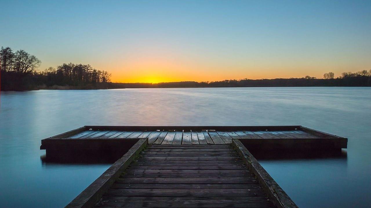 Blick auf den gefrorenen See beim Wintercamping
