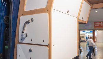 Ein eingebautes Küchenmodul von Cargo-Camper