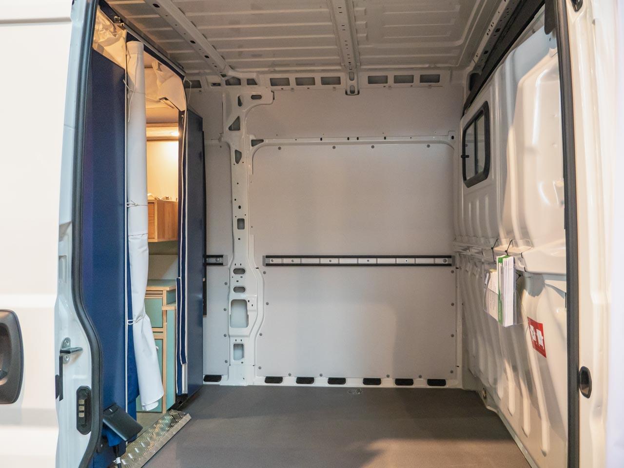 Zwischen Fahrerhaus und PlugVan-Wohnbox ist Platz für Zubehör.