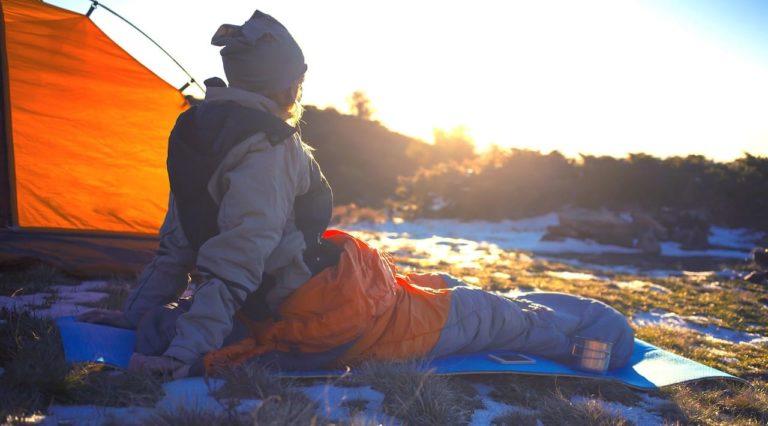 Eine Frau im Schlafsack nach der Suche nach dem richtigen Schlafsack