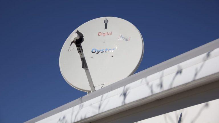 Eine Satellitenschuessel auf einem Camperdach wo die Satellitenanlage kein Signal findet