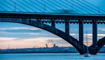 Eine Bruecke in der Bucht von Brest Foto: Ronan Gladu