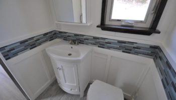 Das Badezimmer - recht groß für ein Tiny Home