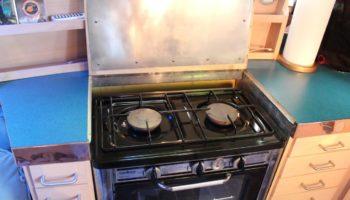 Küche mit zweiflammigem Herd