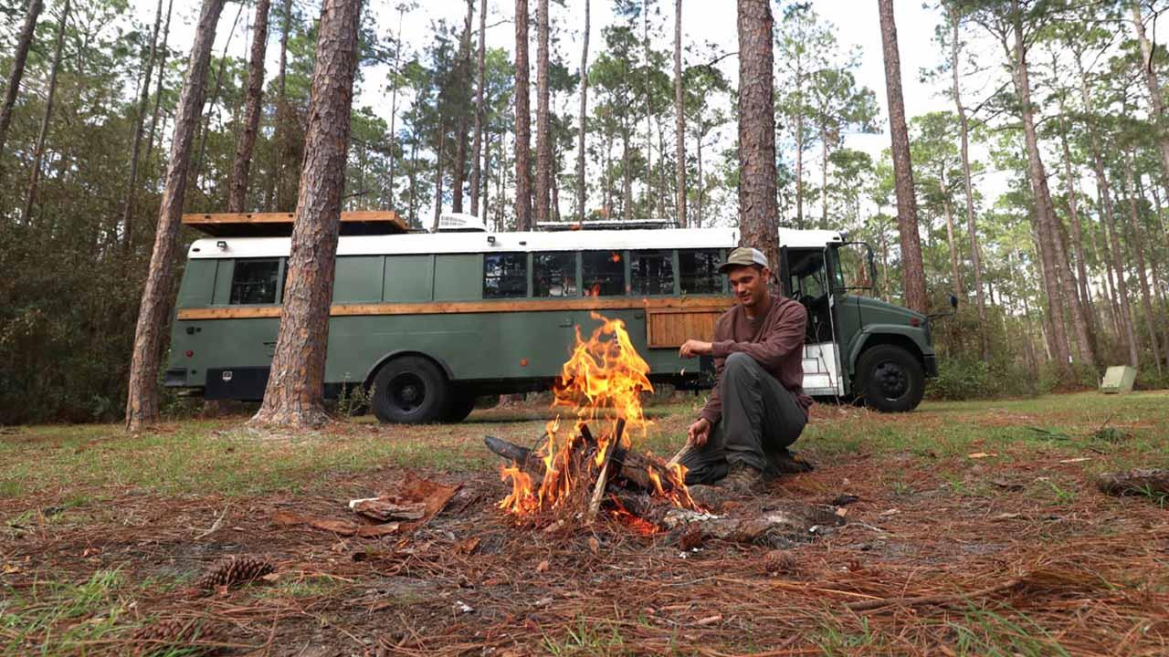 Michael Fuehrer vor seinem umgebauten Bus