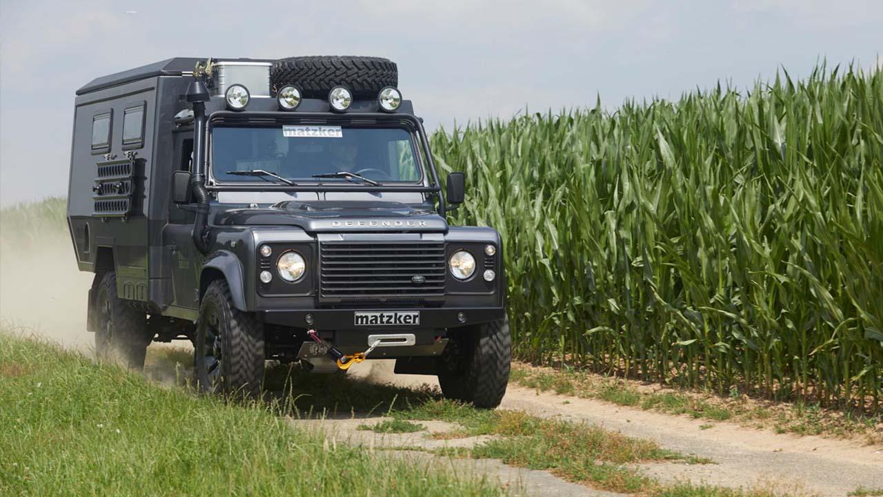 Mit dem umgebauten Land Rover Defender im Gelände