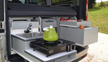 Kuechenzeile einer Campingbox von Flip Box