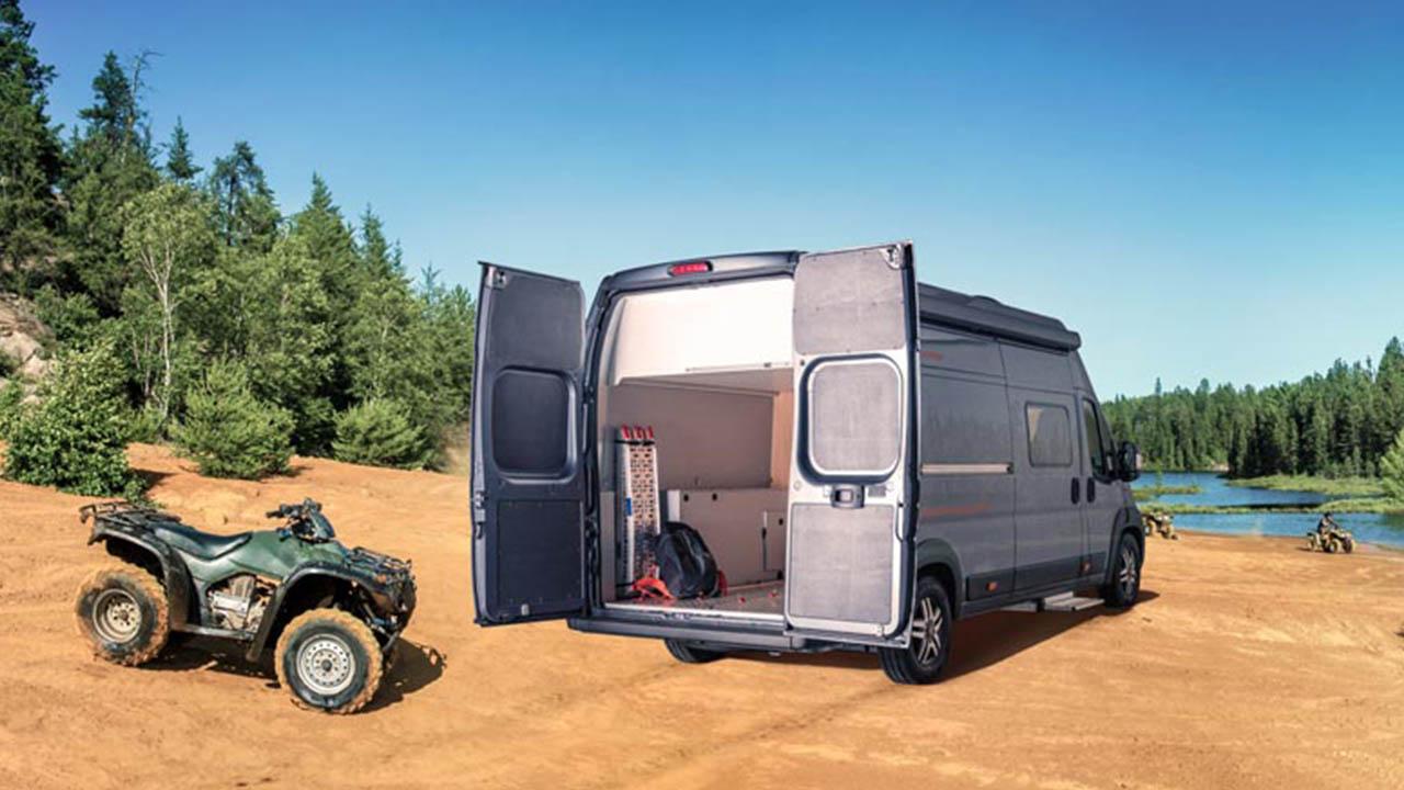 Platz für Motorräder und Quads im Van